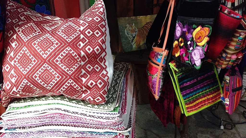 Different types of Rugs and Pillowcases to decorate your Home